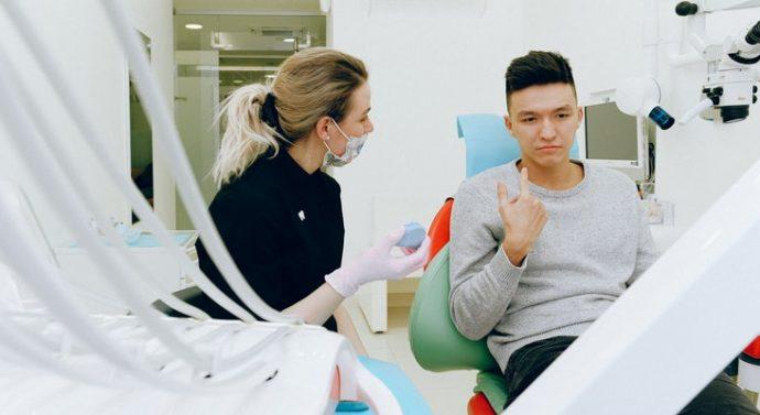 Ugoden zobni implantat – dejavniki, ki vplivajo na ceno